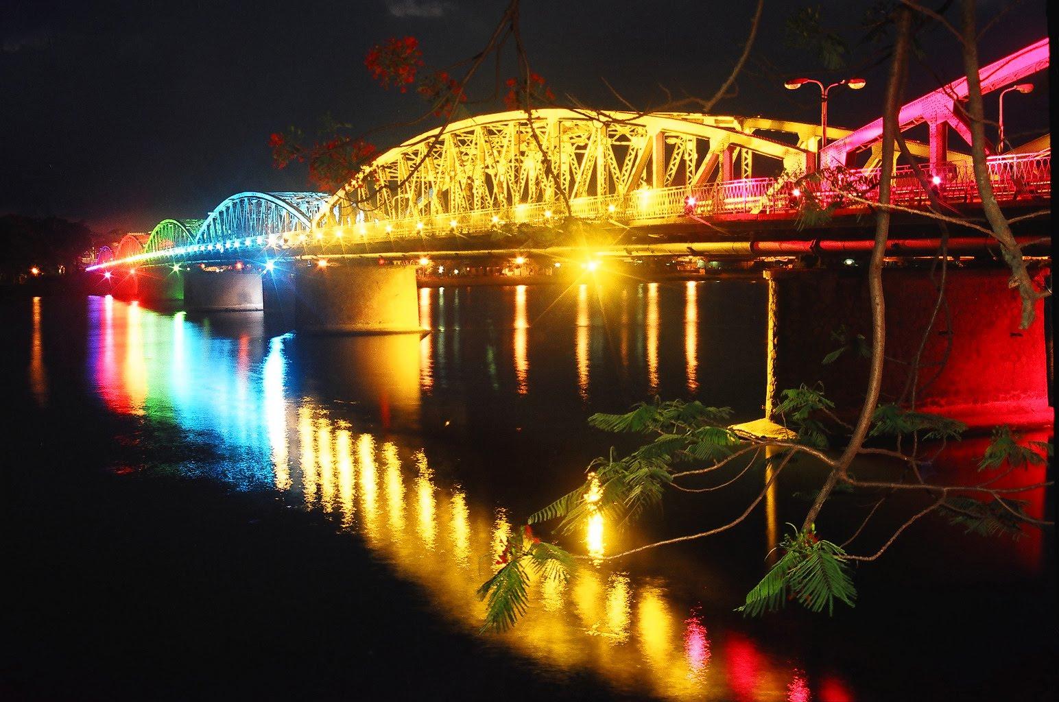 Địa điểm du lịch Huế - Cầu Trường Tiền vào ban đêm