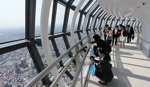 Ngắm nhìn thành phố từ tòa tháp