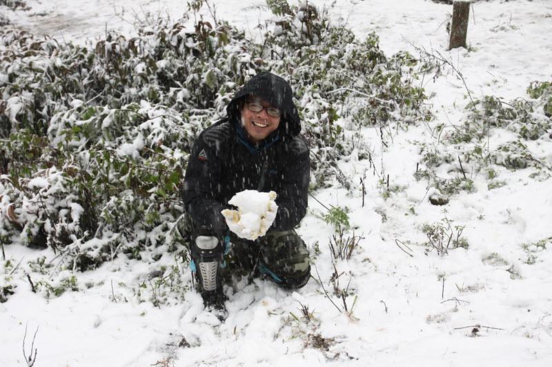 điểm du lịch có tuyết - Khách du lịch chơi đùa với tuyết ở Sapa