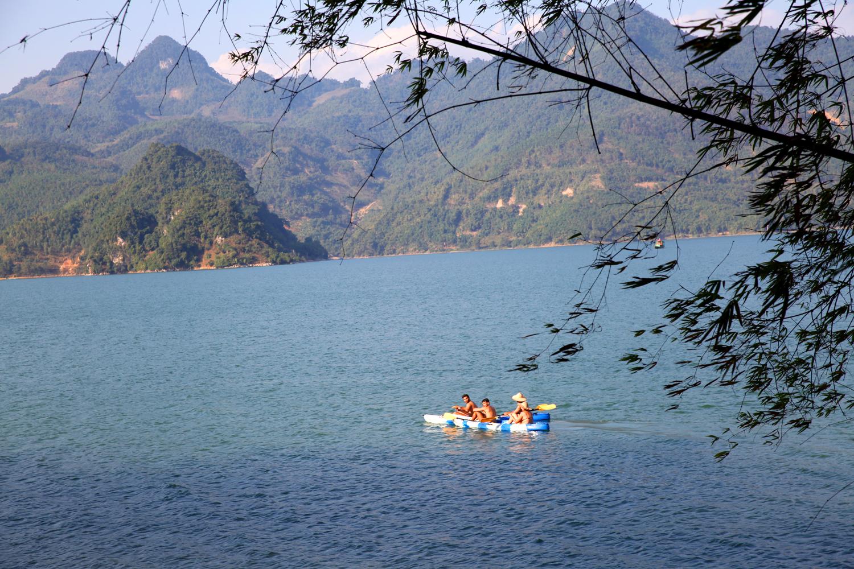 Hoạt động trèo thuyền Kayak trên lòng sông Hòa bình