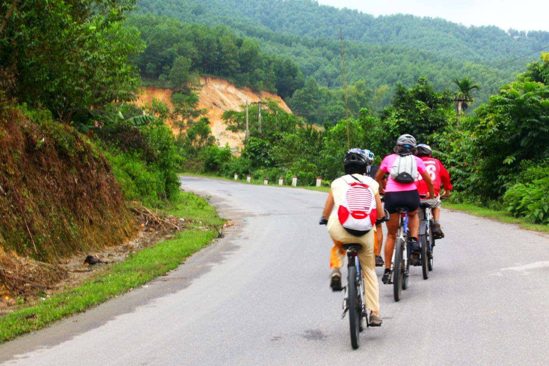 Du khách di chuyển bằng xe đạp khi đến Mai Châu Hideaway