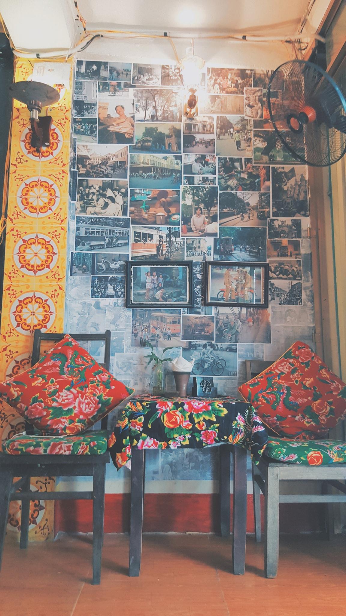 Bức tường được dán đầy những bức hình cũ. Ảnh @Thoi Caphe