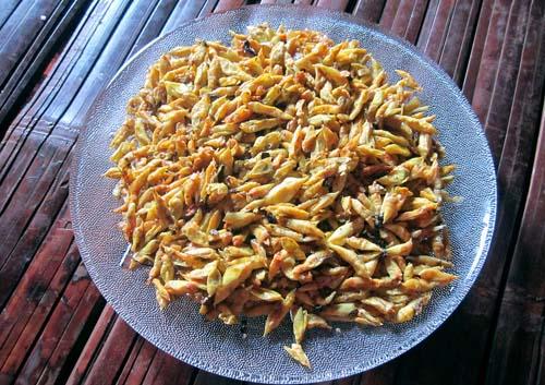 Sâu muồng xào lá chanh - món ăn dân dã nổi tiếng ở Đăk Lăk (Ẩm thực Tây Nguyên)