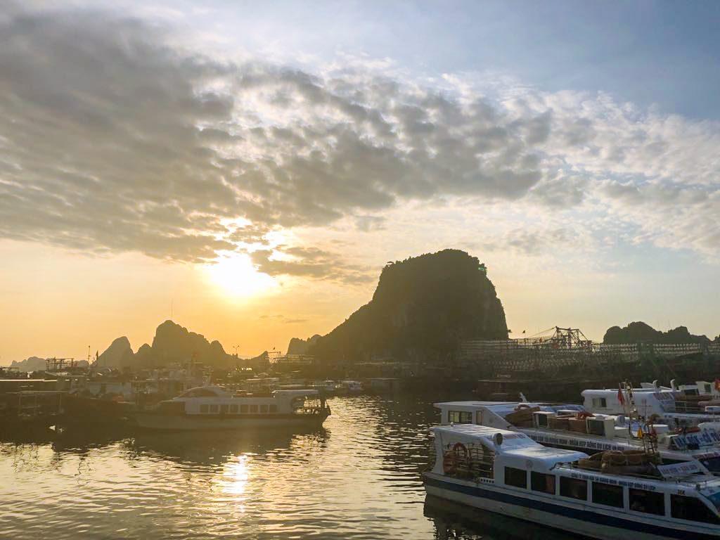 Bình minh trên cảng Cái Rồng (Quảng Ninh)