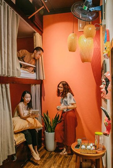 Room 32 - Hàng Mã nổi bật những  đồ chơi hàng Mã như mặt nạ, giấy bồi nhiều màu sắc