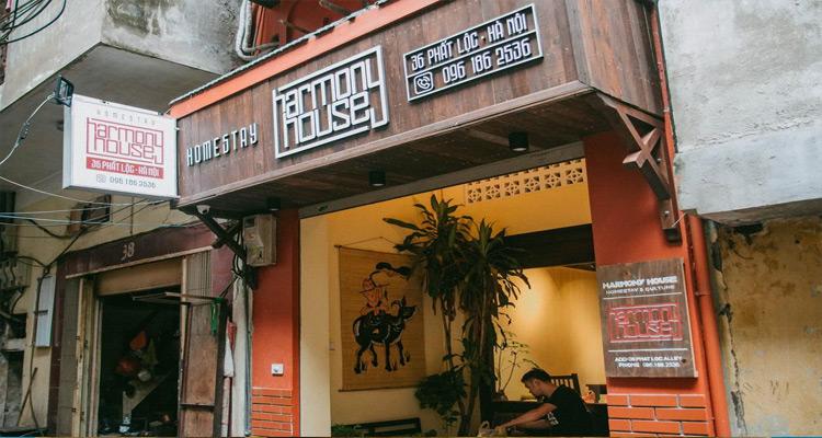 Nằm trong khu bảo tồn Phố cổ Hà Nội, gần với con phố bia Tạ Hiện và các quán bar nổi tiếng