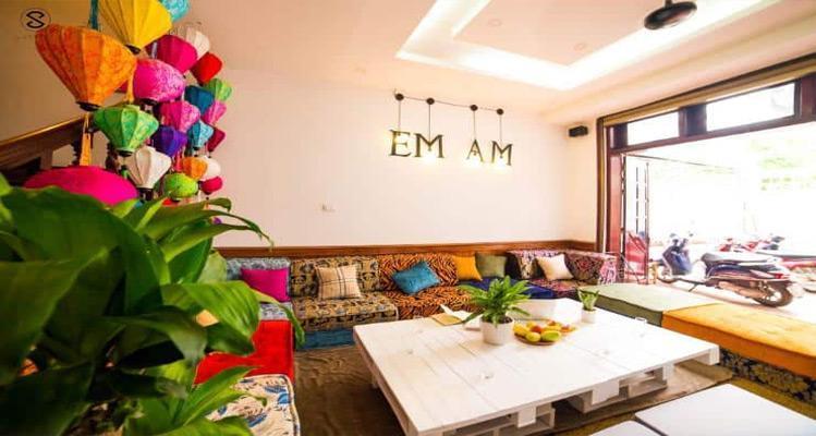 Những chiếc đèn lồng và ghế sofa nhiều màu sắc tạo nên điểm nhấn đặc biệt