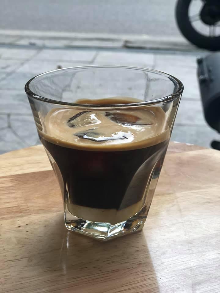 Ly cafe nâu đá mang phong cách của người Hà Nội