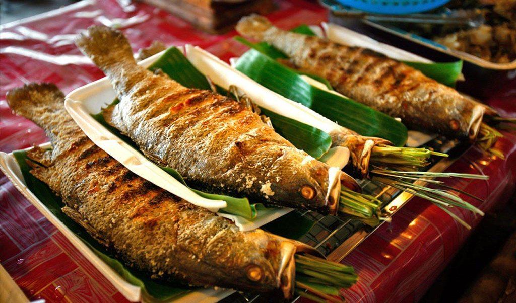 Pa pỉnh tộp là món ăn đặc sản được chế biến khá cầu kỳ. Pa pỉnh tộp thực chất là món cá gập nướng, cá được chọn là cá chép, cá trắm, cá trôi còn nguyên con, làm sạch vảy, moi hết ruột và không rửa lại bằng nước.