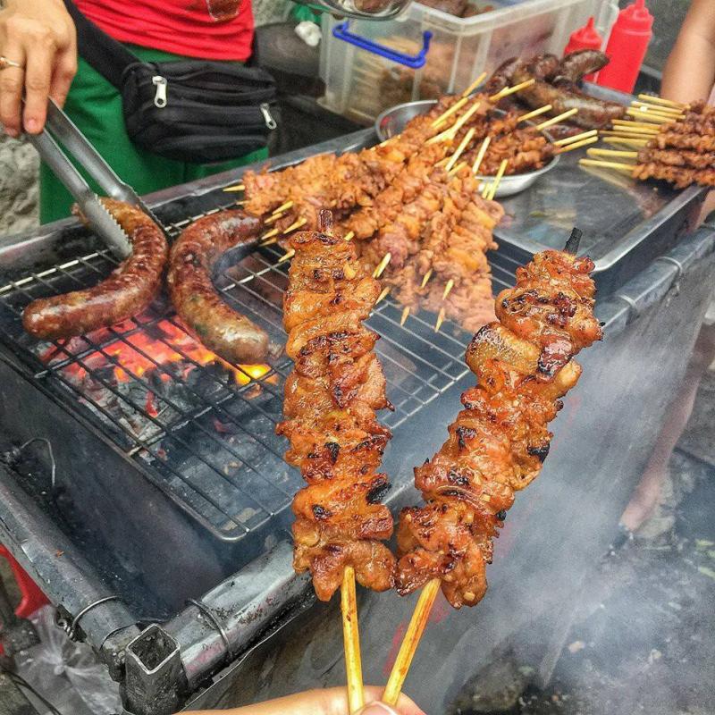 Dồi sụn nướng chợ Nghĩa Tân là món ăn vặt nổi tiếng của giới trẻ khu Cầu Giấy