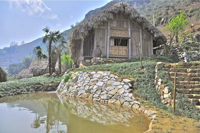 các Bungalow này có tường nhà được làm bằng hỗn hợp đất sét, đá vụn, gỗ tre, mái lá, cột kèo làm bằng tre gần gũi với thiên nhiên.