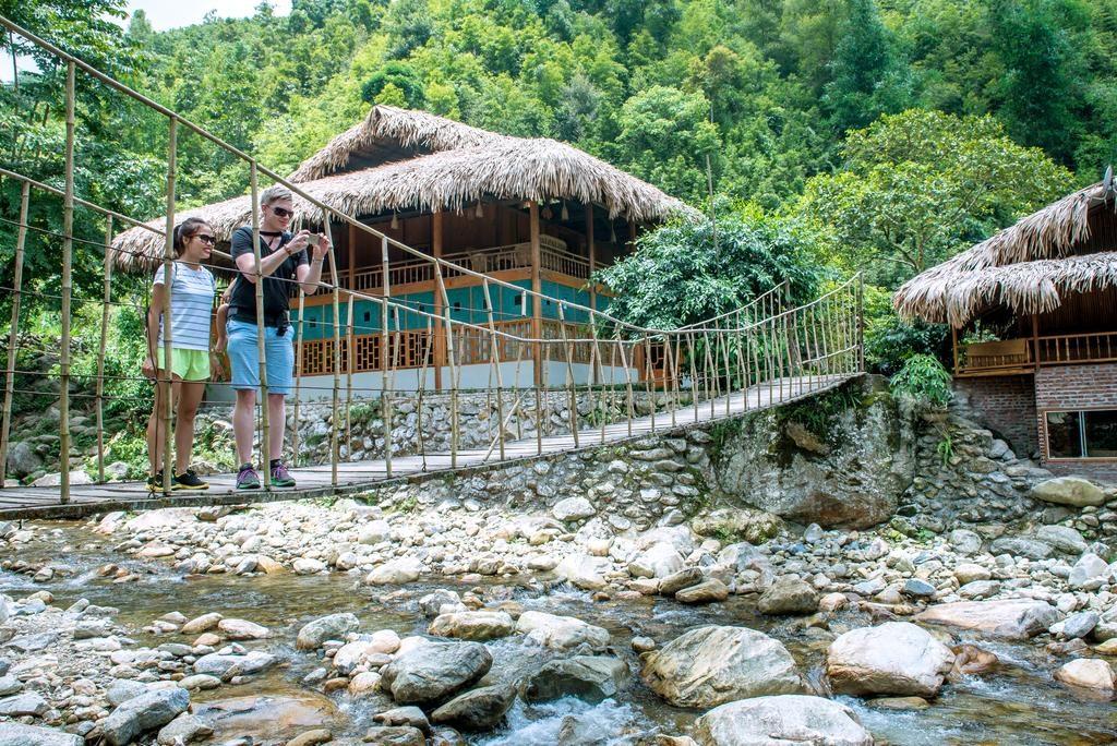 Homestay nằm giữa những ngọn núi, được bao quanh bởi một con sông với cây cầu riêng để đi vào.