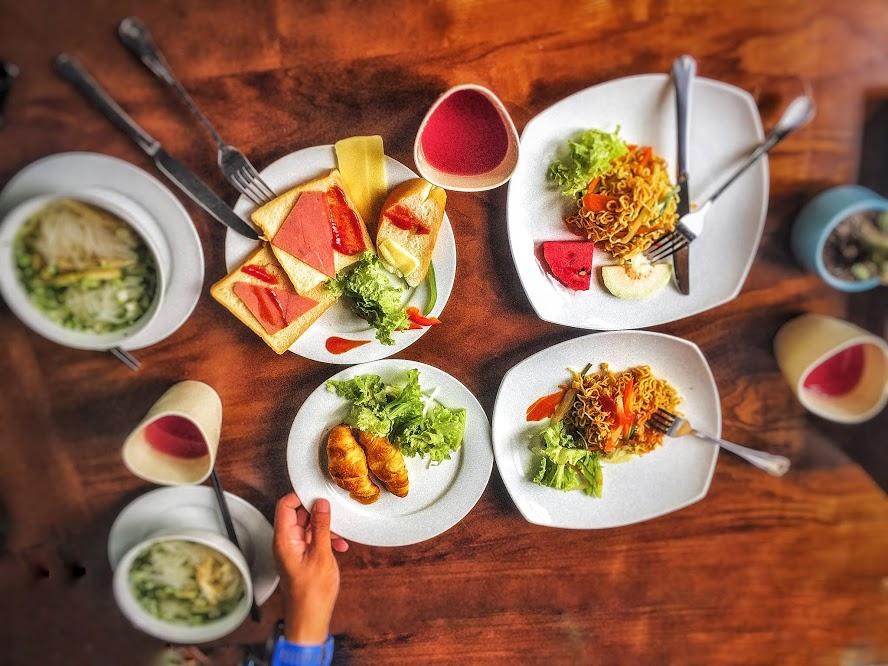 Thưởng thức bữa sáng buffet tại nhà hàng