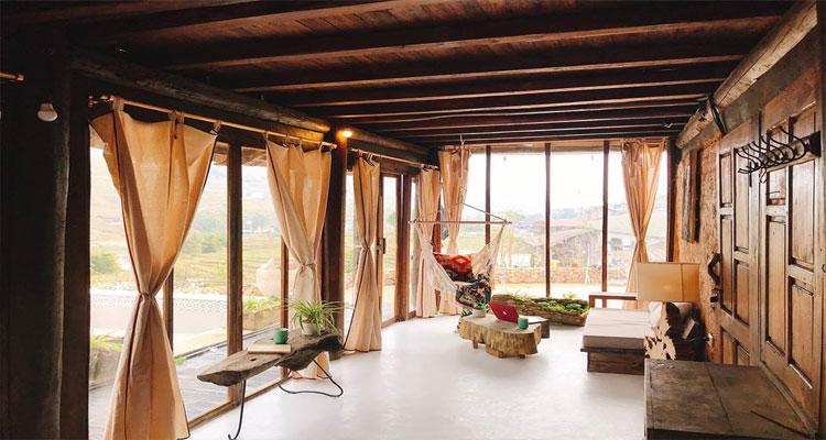 Mọi thiết kế trong các căn phòng ở đều được làm từ gỗ rất đỗi mộc mạc.