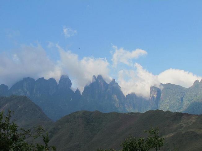 Ngũ Chỉ Sơn có 5 ngọn núi chính, nằm thẳng đứng chĩa lên trời trông như 5 ngón tay nên núi có tên là Ngũ Chỉ Sơn.