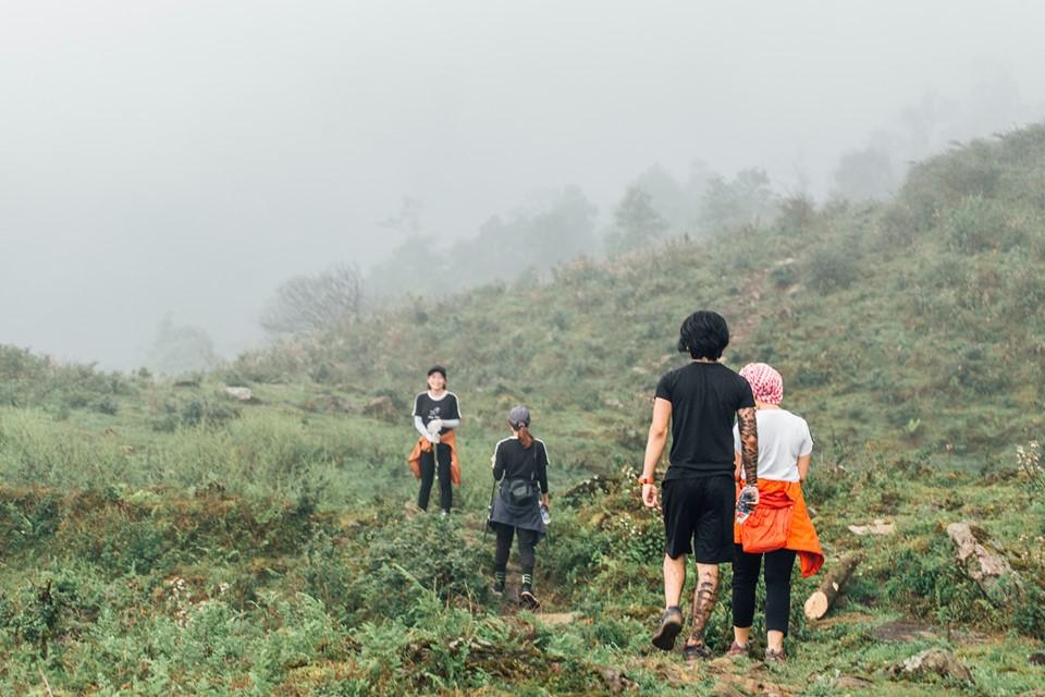 Chặng đường đầu tiên khá là nhàn hạ khi bạn chỉ đi dọc theo những con suối, qua đầm trâu, đứng ở dưới chân nhìn lên đỉnh Ngũ Chỉ Sơn trông vô cùng hùng vĩ.