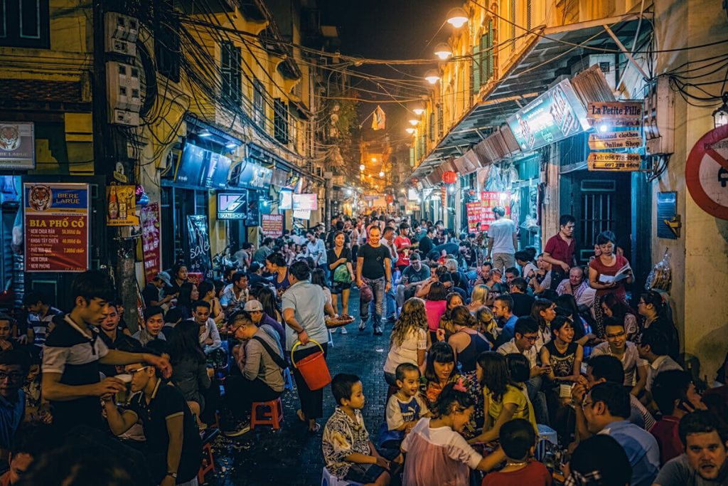 Phố Tạ HIện  là thiên đường vui chơi giải trí về đêm của người dân Thủ đô và các du khách nước ngoài.