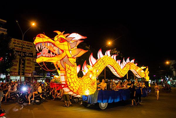 Hàng ngàn du khách đổ về tham dự lễ hội trung thu