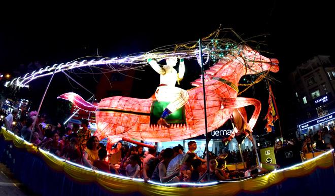 Vào tối ngày lễ hội trung thu Tuyên Quang, người dân sẽ cùng nhau lên phố chiêm ngưỡng cuộc diễu hành với hàng loạt những chiếc đèn lồng khổng lồ trên đường Nguyễn Tất Thành.