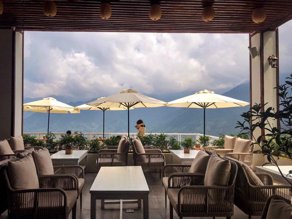 Quán cafe với view nhìn ra núi cực đẹp