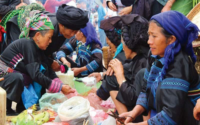 Chợ phiên Y Tý bán đầy đủ các loại mặt hàng từ quần áo, vật dụng, thức ăn, rau củ và nhiều sản vật đặc trưng của bà con dân tộc Dao, Mông, Hà Nhì, Giáy