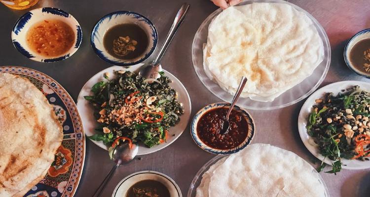 Bánh đập là loại bánh mộc mạc của người Quảng Nam, nó là sự kết hợp giữa bánh tráng nướng và bánh tráng ướt cùng một số hương vị khá để tạo nên hương vị đặc trưng riêng.