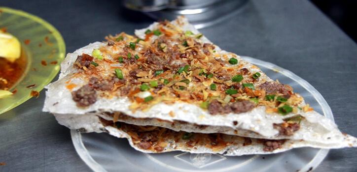 Bánh tráng kẹp được xem như là món ăn đường phố hấp dẫn mà bạn nên thử khi đến với Đà Nẵng