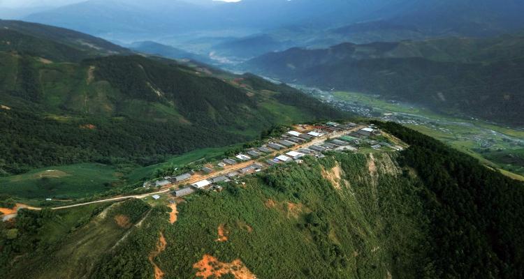 Bản Cu Vai nằm trên một đỉnh núi cao chót vót thuộc địa phận xã Xà Hồ, huyện Trạm Tấu, tỉnh Yên Bái, cách thủ đô Hà Nội khoảng 250km.