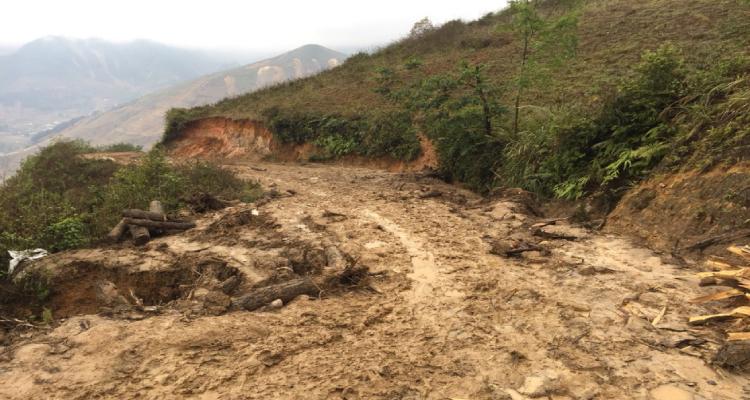 Đường di chuyển chủ yếu là đường đất, trời mưa rất khó để di chuyển.