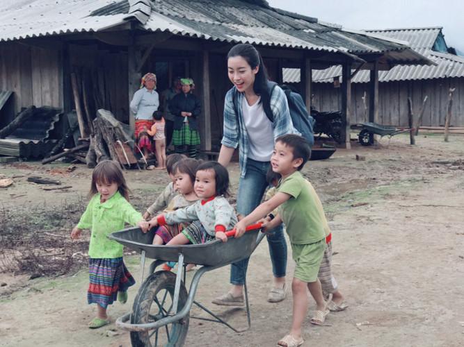 thời gian gần đây bản đã được nhà nước quan tâm hơn, đã có điện để cho bà con sinh hoạt, người dân rạng rỡ, có cuộc sống ổn định hơn.