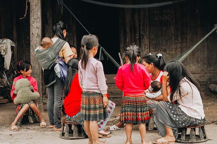 Hơn 80% người dân trong bản là người dân tộc H'Mông sinh sống, bạn có thể khám phá tìm hiểu những nét đẹp văn hóa của người dân nơi đây, chắc chắn sẽ thú vị.