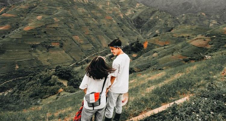 Chỉ cần đứng trên sườn đồi, nhìn ngắm cảnh vật xung quanh thôi cũng đủ làm bạn không muốn rời xa khỏi nơi này.