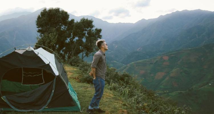 Nếu bạn muốn ở qua đêm trên Cu Vai để ngắm hoàng hôn hay bình minh thì nhớ mang theo lều trại đi nha, hoặc ghé qua nhà trưởng thôn xin ngủ nhờ.
