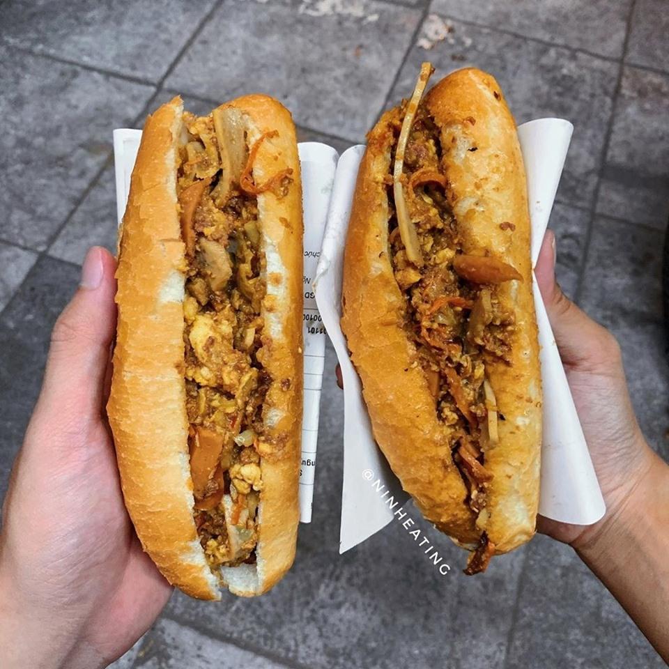 Quán bánh mỳ này đã mở cửa được 25 năm, gọi là quán nhưng thực chất nó chỉ là một cái xe bán bánh mì nhỏ nằm ở ngã ba đường Trần Nhật Duật và Cao Thắng.