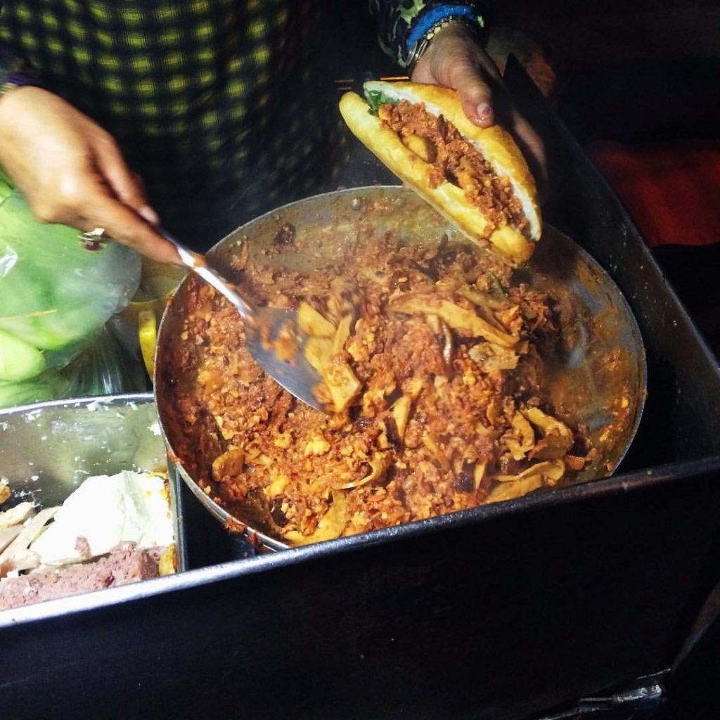 Tất cả các nguyên liệu làm nhân bánh như chả, pate, xúc xích, trứng, hành tây, thịt bò khô, bơ,... đều được xào lên với nhau.