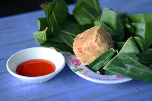 Nem Bùi có màu vàng ruộm, khi ăn có vị béo của thịt, thơm của thính, vị bùi của lá sung khiến thực khách ăn xong đều không thể quên được.