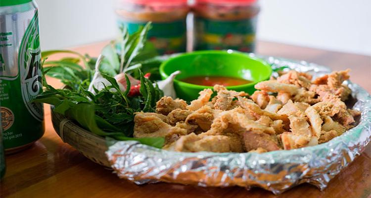 Thịt lợn muối chua khi ăn có vị ngậy của thịt, vị thơm của thính, vị chua của men rừng và vị mặn của muối.