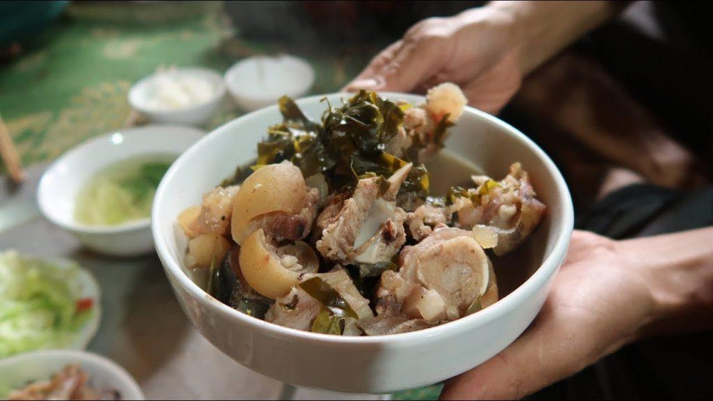 Thịt trâu lá lồm là đặc sản của người Mường mà du khách nào đến đây cũng muốn thử một lần vị sự nổi tiếng của món ăn.