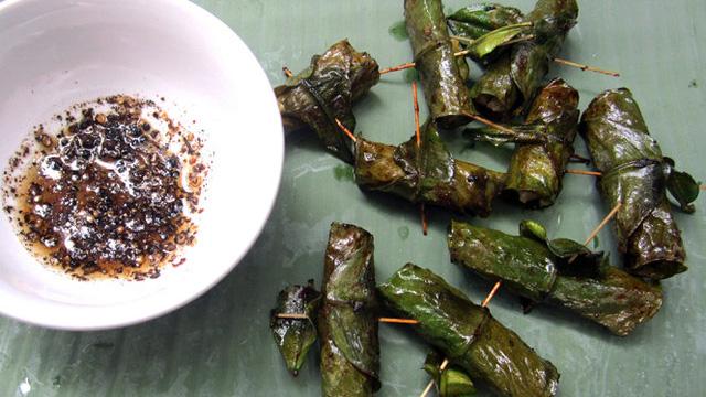 Chả cuốn lá bưởi là món ăn cổ truyền của người Mường. Món ăn có vị thơm đắng hơp với sở thích của người miền núi.
