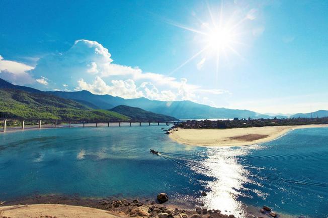 Biển Lăng Cô nằm cạnh quốc lộ 1A, dưới chân đèo Hải Vân thuộc thị trấn Lăng Cô, huyện Phú Lộc, tỉnh Thừa Thiên - Huế.