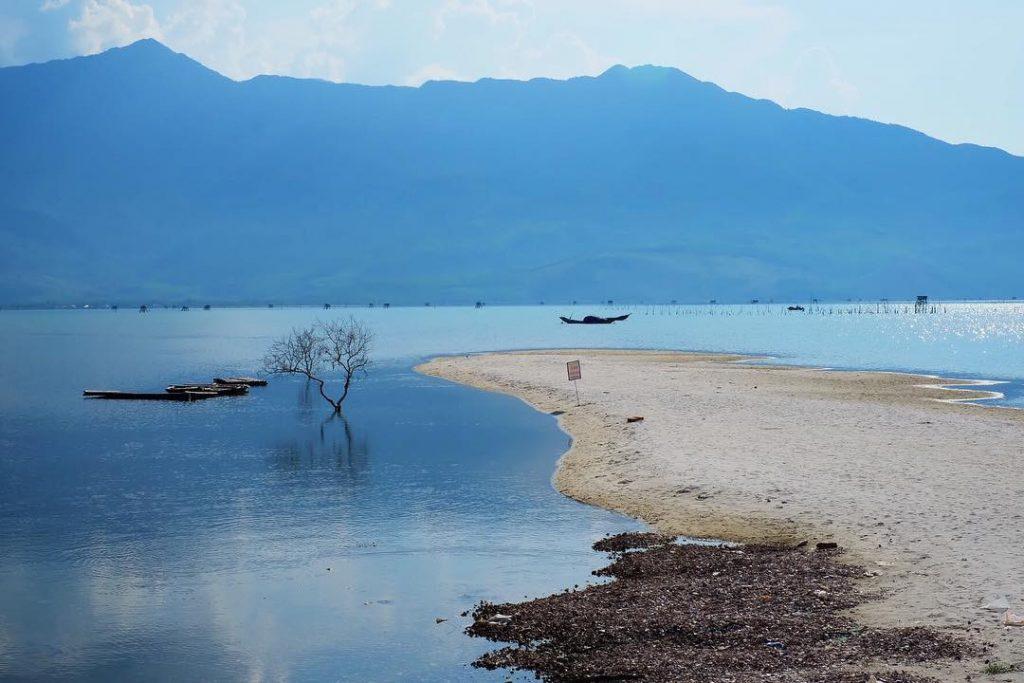 Mỗi khi thủy triều rút, đầm Lập An lộ một con đường nhỏ giữa hồ trông không khác gì Điệp Sơn của Khánh Hòa. Bạn có thể đi dạo và chụp những bức hình tuyệt đẹp ở đâu nhé.