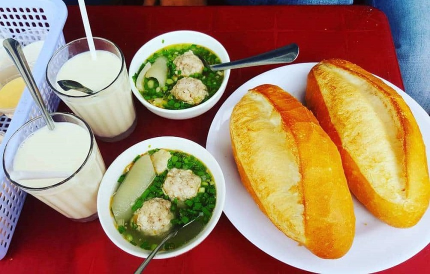 Bánh mì xíu mại được chế biến khá đơn giản, giá cả bình dân, hương vị thơm ngon, dễ ăn tạo nên món ăn đặc trưng ở Đà Lạt.