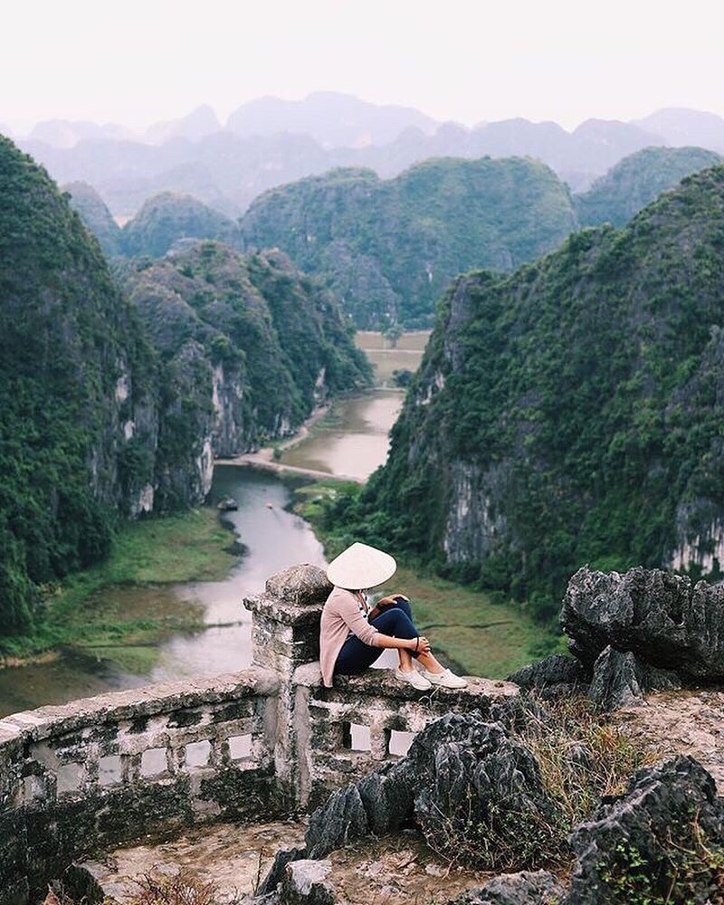 Để có thể chiêm ngưỡng trọn vẹn vẻ đẹp của Hang Múa, bạn sẽ phải leo 486 bậc thang để có thể lên đỉnh núi.