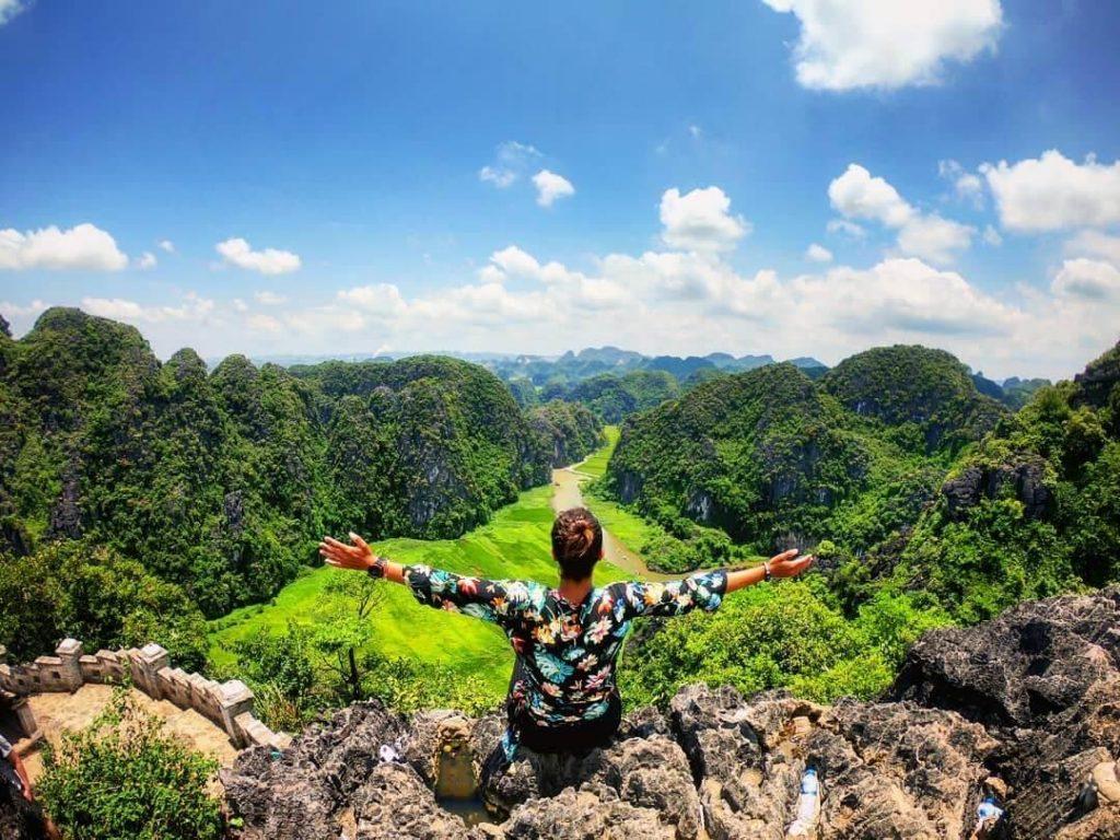 Đứng trên đỉnh núi, phóng tầm mắt ra xa để chiêm ngưỡng toàn bộ khung cảnh núi rừng thiên nhiên.