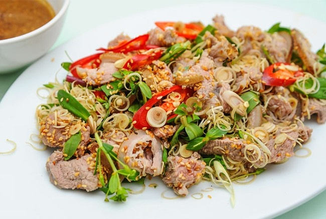 Thịt dê được chế biến thành nhiều món ăn ngon như: nem dê, dê tái, cháo dê,...