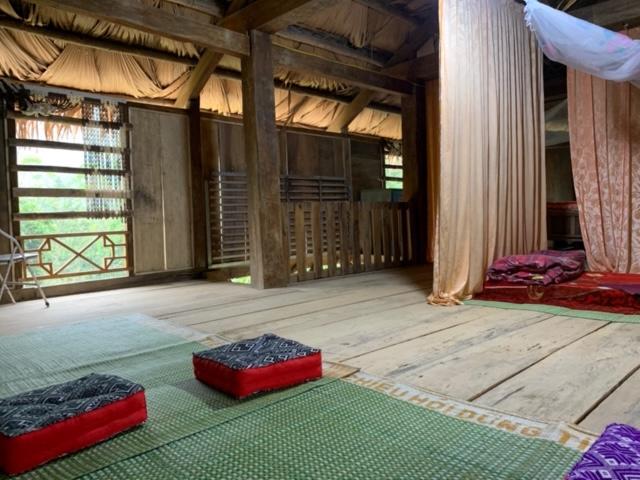 Homestay được thiết kế theo dạng nhà sàn gỗ truyền thống của người Thái Trắng. Từ nội thất đến thiết kế đều mang nét văn hóa của người Thái.