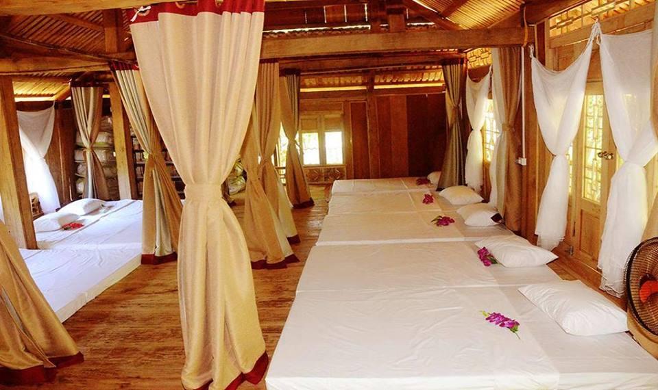 Homestay được làm bằng gỗ, có thiết kế theo hướng đơn giản, mộc mạc, gần gũi với thiên nhiên.