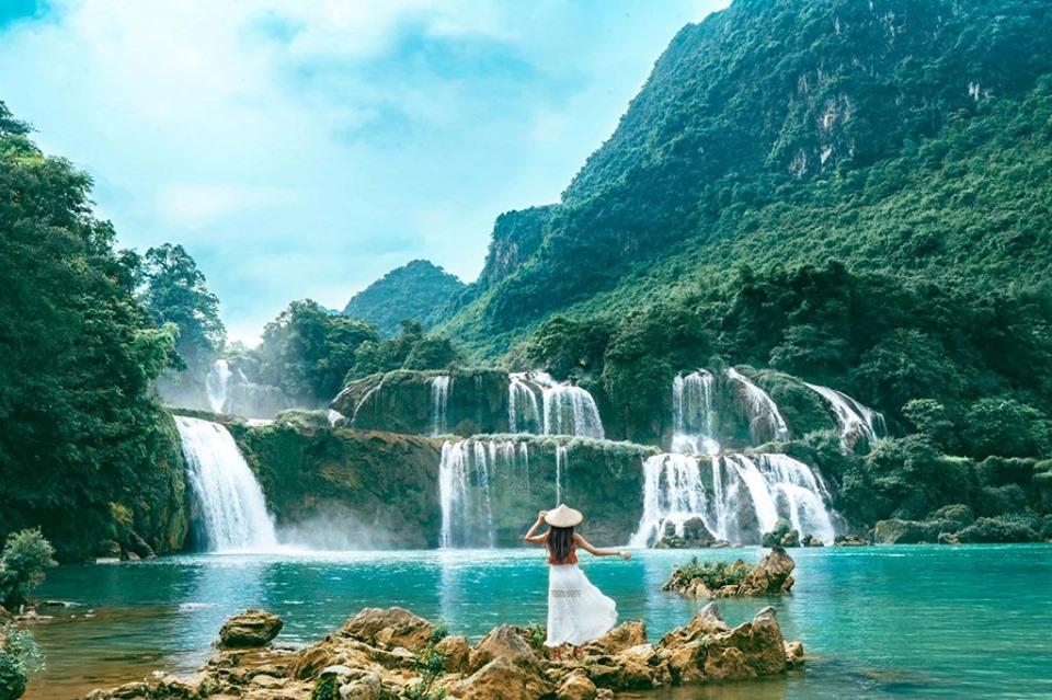 Thác Bản Giốc là một thác nước nằm giữa đường biên giới Việt-Trung thuộc địa phận tỉnh Cao Bằng (Việt Nam) và tỉnh Quảng Tây (Trung Quốc).