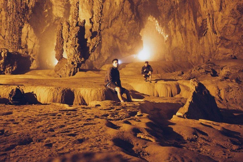 Vào bên trong động, du khách có thể tha hò chiêm ngưỡng thế giới thạch nhũ và những cột đá rực rỡ màu sắc.
