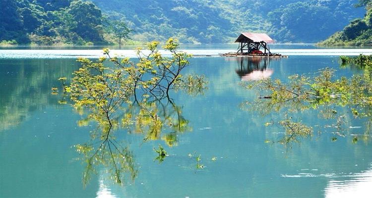 Hồ Thang Hen nằm ở xã Quốc Toản, huyện Trà Lĩnh, tỉnh Cao Bằng trên vùng núi cao hơn 1000m so với mực nước biển.